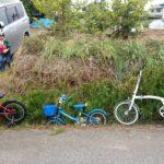 補助輪を外したばかりの子供と公道を行く。