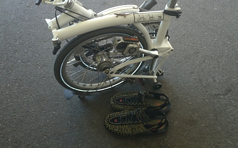 夏、bromptonに乗るときの靴。